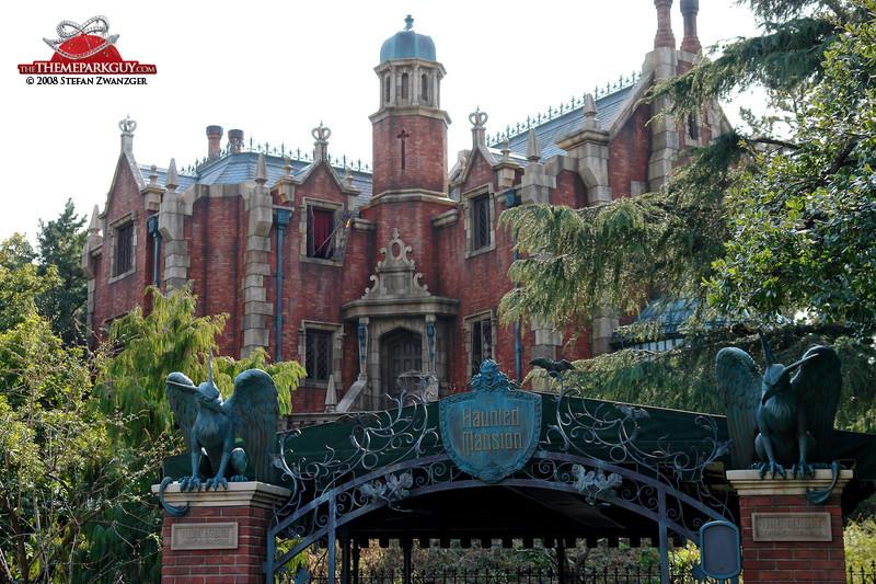 WDW MK Haunted Mansion exterior