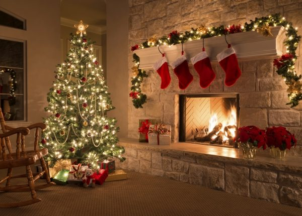 Christmas_Tree_by_the_Fireplace_39xUVy.jpg