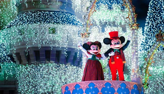 mickey-and-minnie-dressed-for-christmas-sparkling-lights