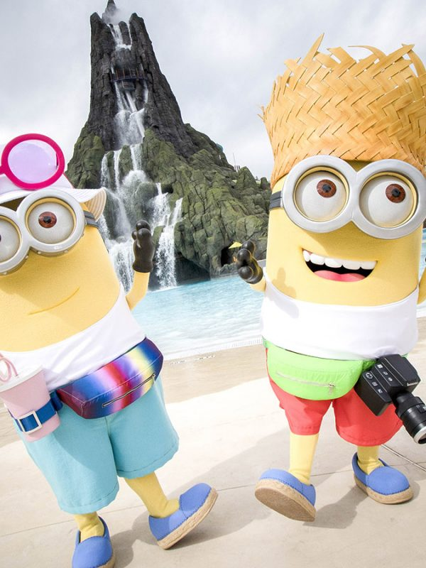 Tourist-Minions-Celebrate-Opening-of-Volcano-Bay